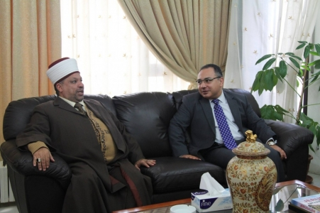 ادعيس يلتقي السفير المصري ويبحث معه موسم العمرة في غزة